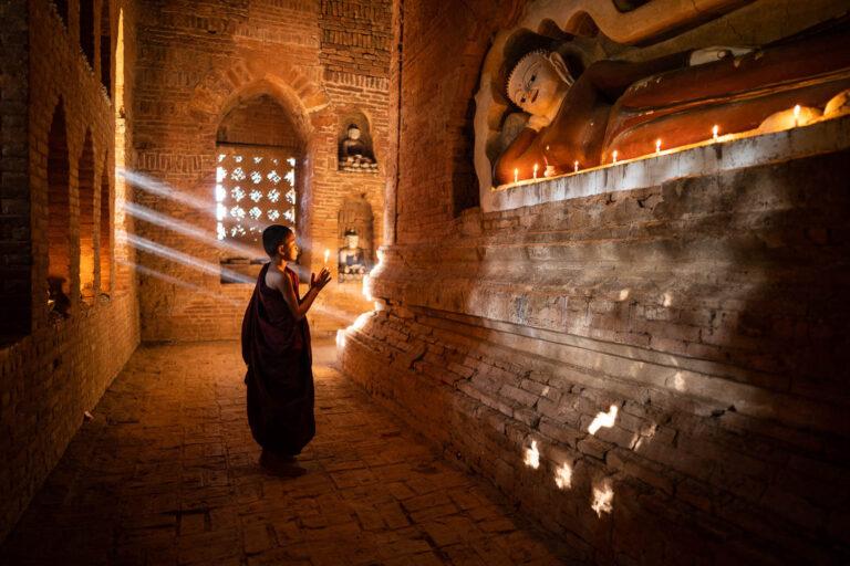Myanmar Bagan Novize mit Kerzen