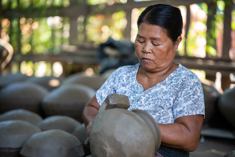Myanmar älter Dame beim Töpfern