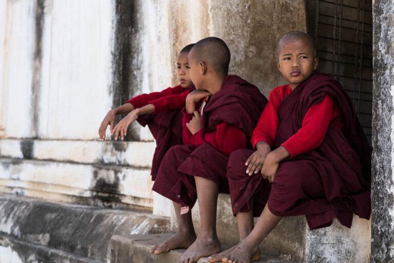 Myanmar Bagan Novizen auf Treppe